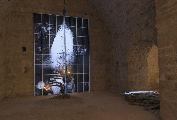Amarnath 3, 2000-2018, 64 images photographiques 30x42cm en impression laser marouflées sur panneaux bois et arbre mort, lumière noire, éclairage LED, son spatialisé, sable, encens, h: 360cm l: 230cm p: 60cm. Prieuré de Marcevol, chapelle nord-ouest.