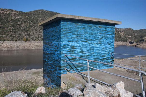 Bâtiment de contrôle de l'eau barrage de Vinça, RN 116, impression numérique sur film adhésif et alu composite, 43 m², 2012