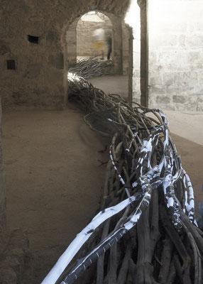 Coulée sèche, vue de la chapelle ouest, bois tressé, impressions laser et papier marouflés sur bois,  lumière noire.