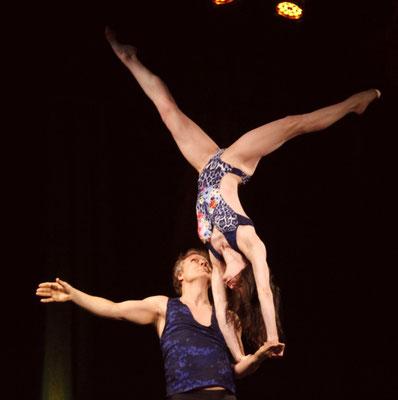 Tanz-Akrobatik Show Act Jugglers Park in Berlin 2017 Handstand auf dem Unterarm