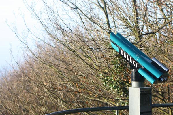 4 Mit Fernglas über den Rhein gucken/Watching with binoculars on the Rheine