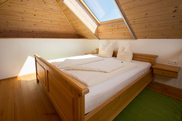 Doppelbett auf der Galerie Ferienwohnung Himmelbett am Biobauernhof Stadler