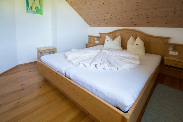 Schlafzimmer Ferienwohnung Himmelbett am Biobauernhof Stadler