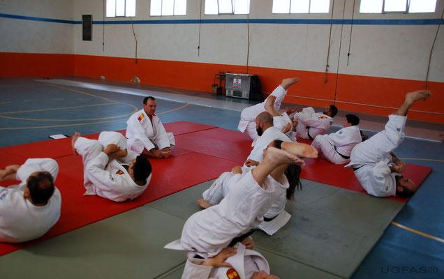 El director de UGFAS, impartiendo una clase practica de Judo