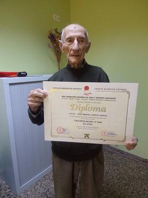 D. Jose Manuel Garcia, nos muestra su diploma acreditativo como 9ºDan de Jiu Jitsu