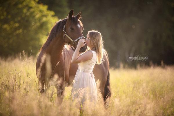 Kuschelfoto Mensch und Pferd