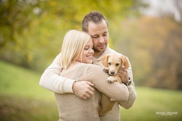 Kuschelfoto Mensch und Hund, Paarshooting