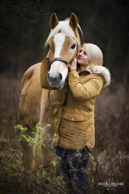 Haflinger, Kuschelfoto Pferd und Mensch