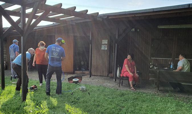 Vor dem OGV-Stammtisch wurden bereits ab ca. 16 Uhr Pflegemaßnahmen in und um die Obstanlage vorgenommen, und einige Geräte wurden gepflegt und gewartet