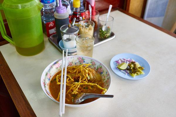 Khao Soi mit Huhn: typisches Gericht der nordthailändischen Küche