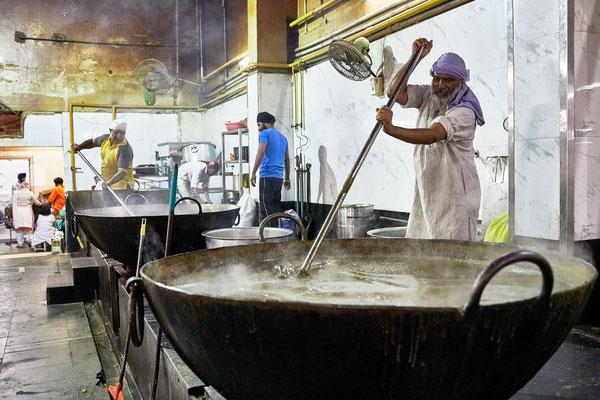 hier wird Dal für 1000 Menschen gekocht
