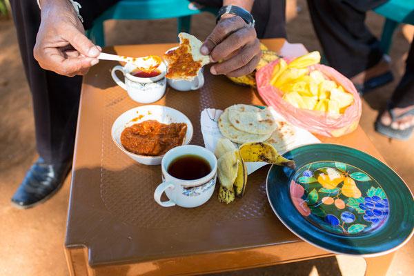Street Breakfast: Schwarztee, Roti und Obst
