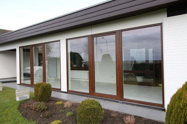Kunststoff- Fenster, Farbe nussbaum, passend dazu die Haustür