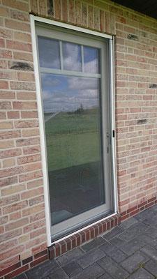 Insektenschutz- Rollo- Tür an einer Terassentür montiert, Bedienung waagerecht