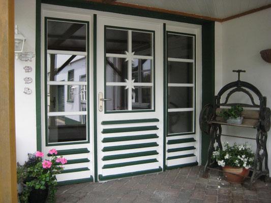 Historische Haustür im Sönke- Nissen- Koog Stil mit Schmuckelementen