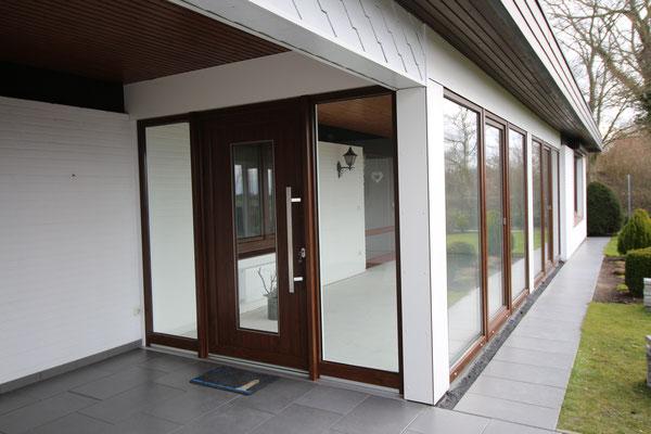 Haustür in Kunststoff, Farbe: nussbaum, Stoßgriff aus Edelstahl