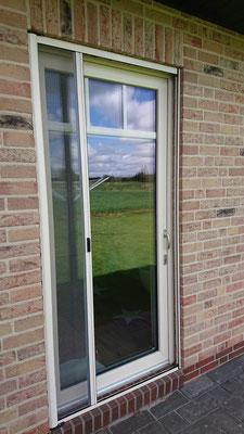 Insektenschutz- Rollo- Tür an einer Terassentür montiert, halbgeöffnet