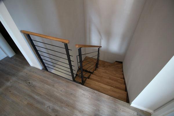 eine Stahltreppe mit Eichenstufen belegt