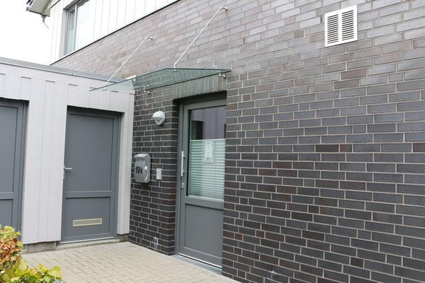 Glasvordach, VSG, mit Edelstahl- Stangen am Mauerwerk befestigt