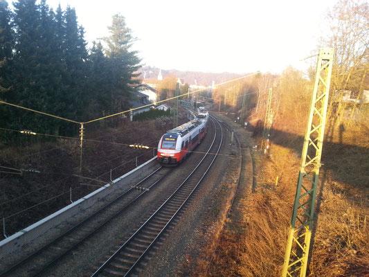 Blick auf die Spitzkehre Voglau in Richtung Passau. Die zwei linken Gleise führen nach Wels bzw. Passau, das rechte Gleis nach Hauzenberg