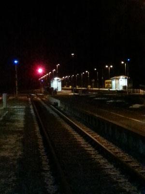 Blick auf den tschechischen Teil des Bahnhofes. Noch zu erkennen sind die blauen Lichter der tschechischen Signale und die Bahnsteige des tschechischen Teils