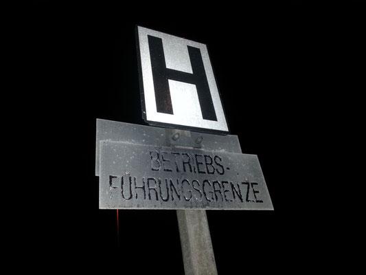 Haltetafel (Ne5) direkt an der Grenze. Bis hierher fahren die Züge der Waldbahn und nicht weiter