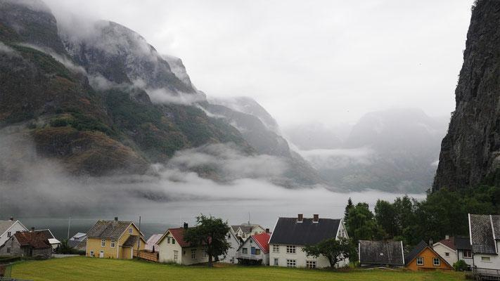 Undredal, im Hintergrund der Aurlandsfjord