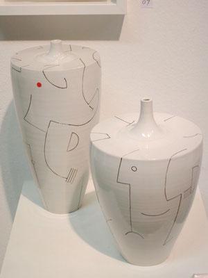 Flaschenpaar mit fligraner Majolika-Bemalung