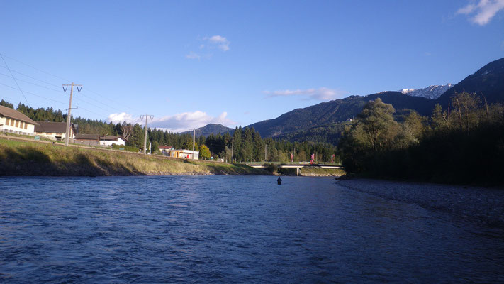 Die Brücke von Berg im Drautal markiert-ziemlich gut sichtbar-die untere Reviergrenze