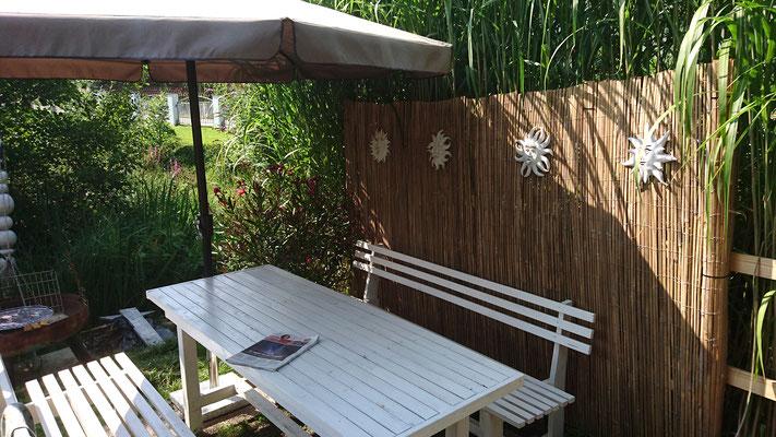 Um das ewige Kitzeln des Schilfs zu beenden, errichteten wir eine Bambuswand mit vier persönlichen Sonnen
