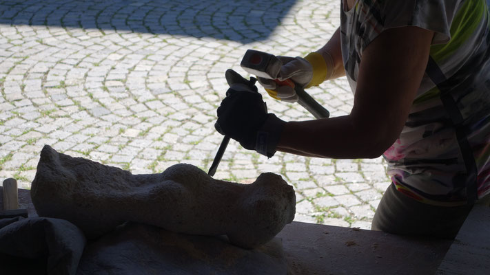 Und leise hört man das Klopfen der Steinbildhauerinnen und Steinbildhauer durch den Marienhof. Unbeschreiblich.