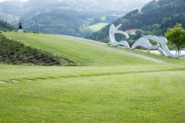 Ruhige Szene im Skulpturenpark. Meine Gattin (links) und ein Arbeit von Manfred Wakolbinger (1952); Stampede, 2015-2016 (rechts)