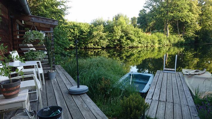 Blick über den Teich mit den neuen alten Badeleiter. Was für eine Aufwertung...