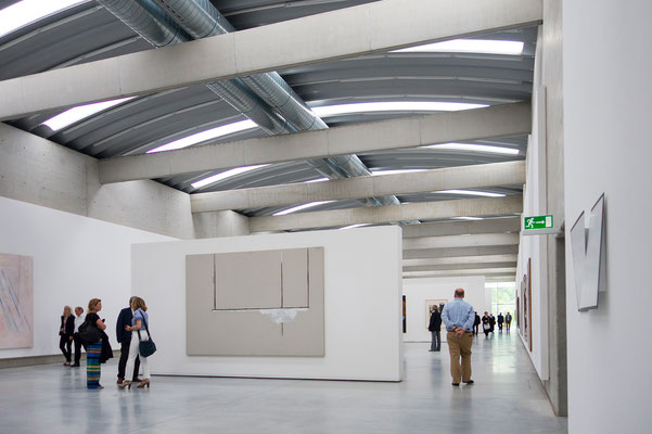 Die Oberlichthalle wird mit Tageslicht beleuchtet. Im Bild eine Arbeit von Robert Motherwell aus 1969