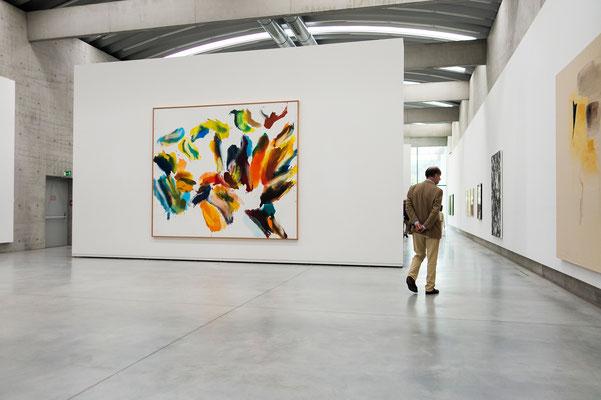 Eine große Arbeit von Wolfgang Hollegha optimal präsentiert bei Tageslicht. Titel des Werkes: Holzstück mit Futterkorb (2007)