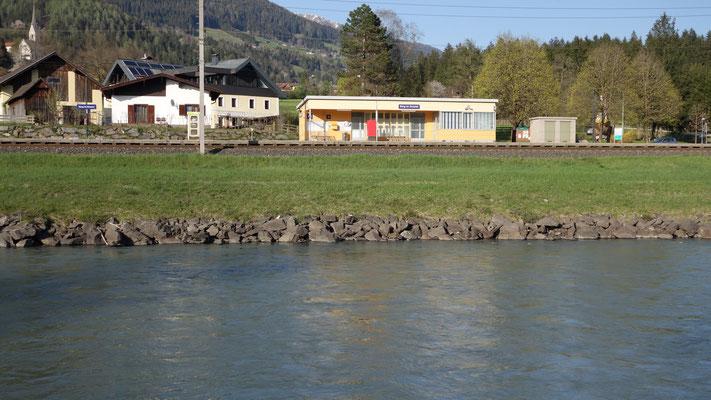 Die Linie in der Wiese unterhalb des Bahnhofs zeigt den hohen Wasserstand an.