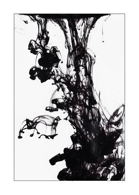 Schwarze Tinte in Wasser
