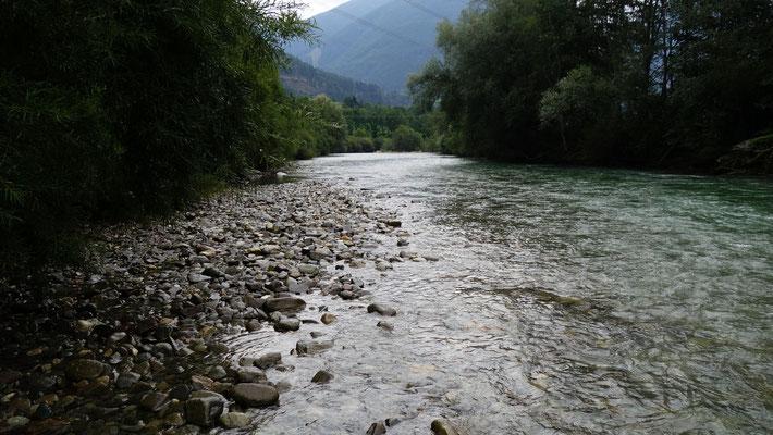 An dieser Stelle fischten wir am Vormittag. Kein Stein war zu sehen, die Strömung ordentlich.