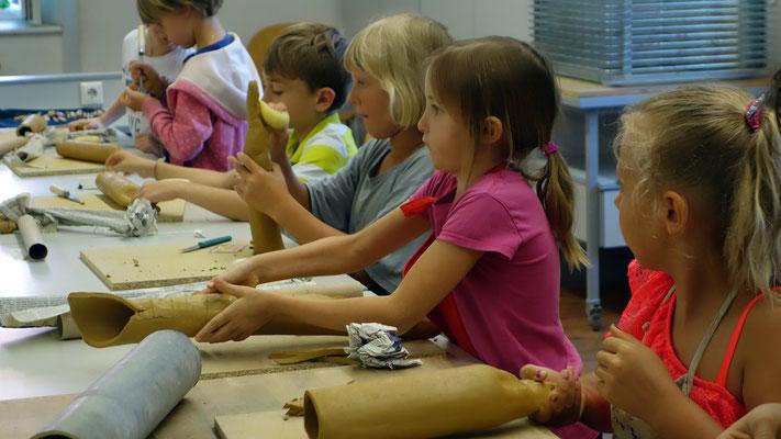 Der Kinderkurs Keramik steht jedes Jahr unter einem anderen Motto. Heuer waren Insekten, dabei vor allem die Biene im Zentrum verschiedener Aufgaben.