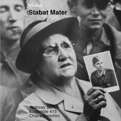 Stabat Mater, lat. für 'Es stand die Mutter schmerzerfüllt'. Das Foto auf diesem Cover stammt vom großen österreichischen Fotografen Ernst Haas und zeigt eine berührende Szene am Wiener Südbahnhof im Jahre 1947.