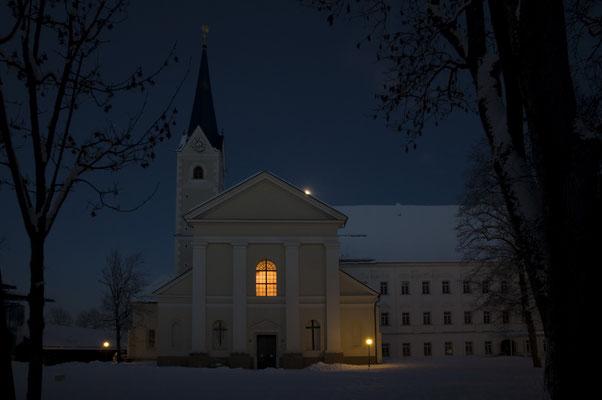 Vorweihnachtliche Stimmung vor der Stiftskirche