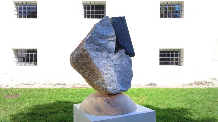 Verschiedene Steinsorten verbinden sich organisch und logisch.