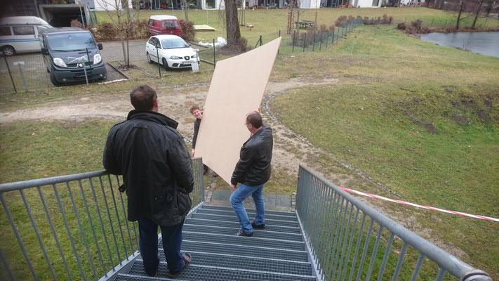 Anlieferung der MDF-Platten. Millimeterarbeit.