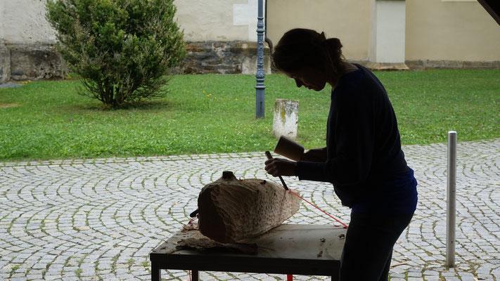 Der Bildhauerkurs arbeitet traditionell im Freien. Heuer wurde verschiedene heimische Hölzer verwendet.