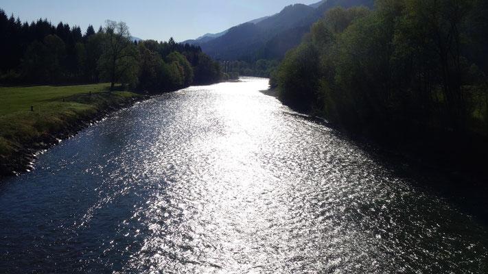 Die Drau im morgendlichen Glitzer - gesehen von der Brücke in Dellach