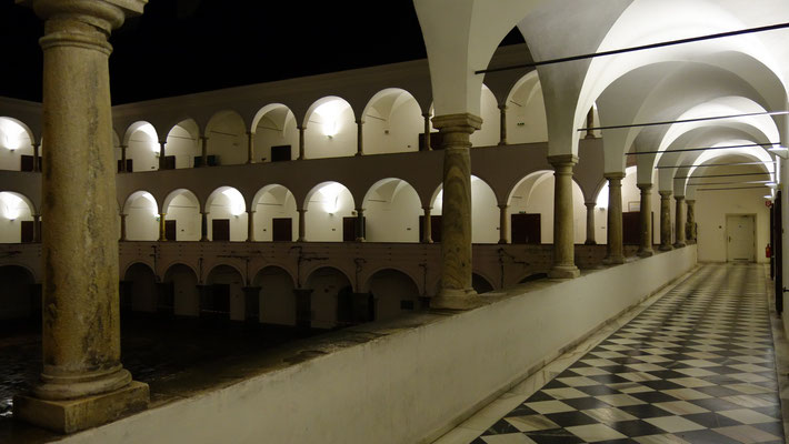 Der Arkadenhof bei Nacht