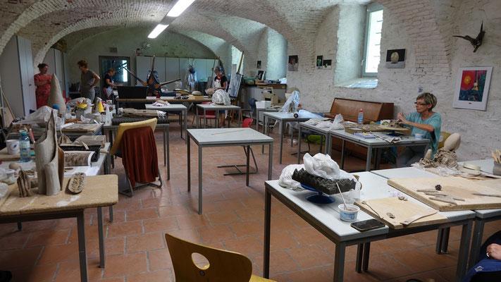 Nach den Kindern arbeiteten im Atelier 5 die Fortgeschrittenen im Bereich Keramik. Jeder Besuch ein Genuss.