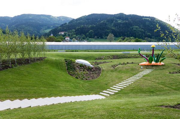 Thomas Stimm (1948); Gras, 2012. Dahinter die Dachkonstruktion des 160 Mater langen Hauptraumes