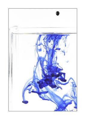 Königsblaue Tinte löst sich im Wasser auf