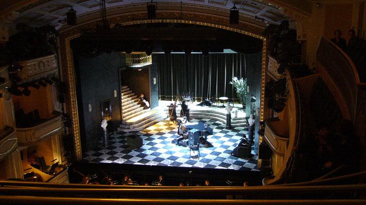 Das Bühnenbild unmittelbar vor Beginn der Oper